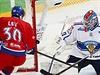 Jakub Lev se snaží dorazit kotouč za finského brankáře Metsolu.