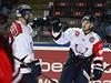 Autor prvního gólu Linköpingu Jacob Micflikier (uprostřed) přijímá gratulace od...