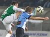 Ruslan Mingazov z Jablonce (vlevo) nechce k míči pustit boleslavského Jakuba...