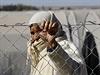 Kurdská žena čeká v utečeneckém táboře na pohřeb kurdského vojáka padlého v...