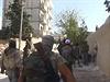 Přesuny bojovníků IS. Díra ve zdi slouží jako posezení.