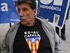 Obchodník s pro-katalánskými výrobky v Barceloně. Na tričku má nápis...