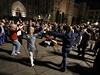 Tanec Sardan den před volbami. Lidé se k typickému katalánskému tanci...