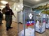Ozbrojený vzbouřenec střeží volební urny s odevzdanými hlasy.