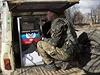 Ozbrojený separatista hlídá volební urnu.