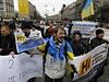 Lidé v Kyjevě demonstrují proti volbám uspořádaným separatisty na východě země.