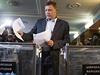 Vůdce samozvané Doněcké lidové republiky Alexandr Zacharčenko odevzdává svůj...