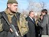 Vůdce samozvané Luhanské lidové republiky Igora Plotnického (v modré kravatě) chrání ozbrojenci.