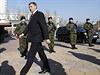 Povstalecký vůdce Zacharčenko prochází kolem špalíru kozácké stráže.