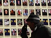 Zeď u jednoho z kyjevských chrámů plní fotografie padlých ukrajinských vojáků.
