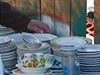 Lidé nosí do dobrovolnických center pomoci vše, třeba i nádobí. Přistěhovalci z...