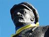 Na hlavním náměstí ve Slavjansku dali lidé na sochu Lenina  šátek v barvách...