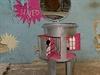 Jan Vopálka ve svém studiu Design Fabrika předělává popelnice v originální kusy...