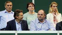FOTBALOVÉ VEDENÍ NA TENISE. Finále Fed Cupu přihlížel i předseda FAČR Miroslav Pelta (vpravo) i její místopředseda Roman Berbr.