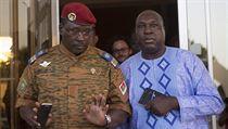 Podplukovník Yacouba Isaac Zida (vlevo) s opozičním vůdcem Zephirinem Diabrem.