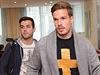Filip Novák (vpravo) a Martin Pospíšil přicházejí do hotelu.
