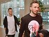 Tomáš Necid (vlevo) a Tomáš Sivok přicházejí do hotelu.
