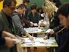 Dobrovolníci počítají hlasy.