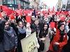 Protestující s červenými kartami pískali a vyzývali Zemana k odstoupení z...