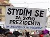 """""""Stydím se za svého prezidenta,"""" stálo na dalším z mnoha transparentů."""