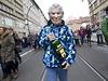 Protestující v masce Miloše Zemana a s lahví Becherovky v rukách.