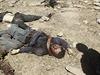Stín iráckého vojáka nad mrtvými těly bojovníků Islámského státu.