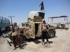 Bojovníci al-Káidy s ukořistěným iráckým Humvee.