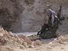 Kurdská bojovnice kontroluje na frontové linii svou  výbavu. V řadách kurdských...