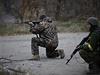 Ukrajinští dobrovolníci v boji u vesnice Peski nedaleko Doněcka. Rebelové a...