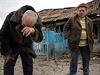 valentina Fedorjak a její manžel stojí u trosek jejich domu, zničeného...