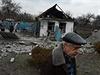 Dům zničený bombardováním na Ukrajině.