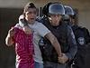Izraelské pořádkové síly odvádějí palestinského demonstranta.
