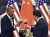 Americký prezident Barack Obama (vlevo) si připíjí se svým čínským protějškem...