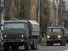 Kolona neoznačených vojenských nákladních automobilů v Doněcku.