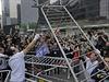 Pověření pracovníci začali odstraňovat plastikové svorky, které barikády držely...