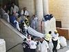 Izraelští záchranáři odnášejí oběť úterního útoku.