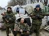 Ozbrojení proruští separatisté pózují se snímkem sovětského diktátora Stalina...