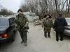 Proruští separatisté na kontrolním stanovišti nedaleko mezinárodního Letiště...