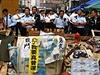 Policist� u barik�d vzty�en�ch prodemokratick�mi demonstranty v centru...