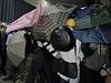Obrana demonstrantů před slzným plynem: ochranné brýle, roušky - a deštníky. Ty...