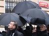 Deštníky chránily prezidenta Miloše Zemana i při odhalování pamětní desky.