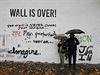 Lennonova zeď krátce poté, co ji kdosi vymaloval na bílo.