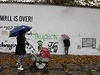 Neznámý vandal zničil proslulou Lennonovu zeď v centru Prahy. Umělecký prostor,...