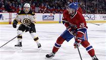 Útočník Montreal Canadiens Jiří Sekáč (26) najíždí s pukem v zápase proti Boston Bruins.