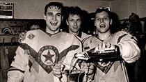 Brank�� reprezentace i Sparty Petr B��za (vlevo) oslavuje se spoluhr��i titul v sezon� 1989/90.