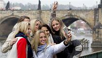 Selfie s Fed Cupem. Zleva Andrea Hlav��kov�, Lucie Hradeck�, Kl�ra Koukalov�, Lucie �af��ov�, Karol�na Pl�kov� a fotografka Petra Kvitov�.