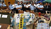 Policisté u barikád vzty�ených prodemokratickými demonstranty v centru Hongkongu. | na serveru Lidovky.cz | aktu�ln� zpr�vy