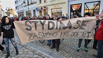 Lid� v Krnov� protestuj� proti prezidentu Zemanovi