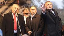 Ostraha prezidenta Miloše Zemana musela odrážet předměty, které létaly z davu.
