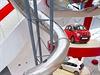 Obří tobogán ve vitríně značky Citroën na Champs-Elysées. Má 26 metrů na výšku...